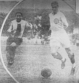 Arremetiendo ante la marca de Quintana en el clásico de agosto del '33, su último partido oficial (Foto: diario La Crónica)