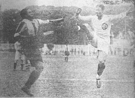 Gran postal de su duelo con Quintana: luchando el balón por alto (Foto: diario La Crónica)
