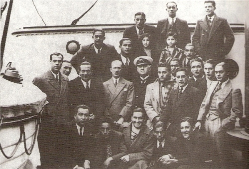 Con la delegación del 'Combinado del Pacífico' antes de zarpar en el vapor Ackerman (primero de la segunda fila desde la izquierda), sin saber cuánto sufriría a bordo (Foto: libro Lolo Ídolo Eterno, Teodoro Salazar Canaval)