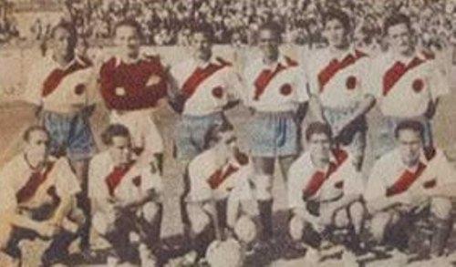 En la puerta del 'Muni' campeón de 1940 (Foto: echamuni.net)