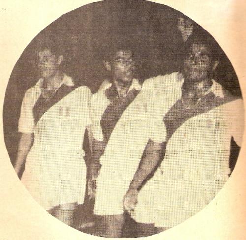 'Huaki' junto a Guillermo Delgado y Víctor Benítez, otros dos aliancistas de corazón, con la camiseta de la selección (Foto: revista Ovación)