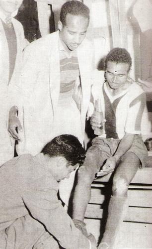 'Huaki' junto a su hermano Carlos en el camarín de Alianza, en sus inicios (Foto: libro ¡... Arriba Alianza!, Teodoro Salazar Canaval)