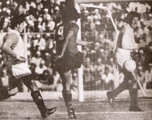 Cuéllar junto a Chumpitaz defendiendo el arco crema de un ataque de Melgar en el Descentralizado 1973 (Foto: revista Ovación)