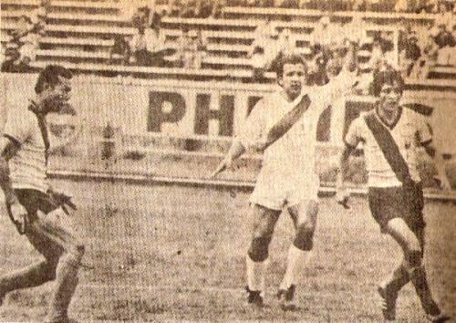 Con la camiseta de la selección frente a Ecuador en Quito (Foto: revista Ovación)