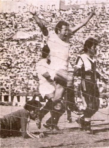 'El Gato' a lo grande: celebrando su gol en el arco aliancista la tarde del 3-6 por la Copa de 1979 (Foto: revista Ovación)