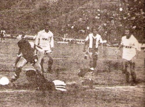 En su última temporada como jugador, con la crema del León de Huánuco y siempre complicando a los delanteros aliancistas (Foto: revista Ovación)