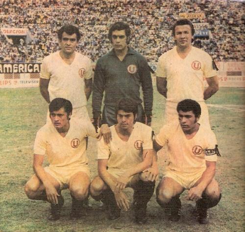 Gran sistema defensivo crema de los '70. De pie: Carbonell, Ballesteros y Cuéllar; hincados: Soria,  Toyco y Chumpitaz (Foto: revista Ovación)