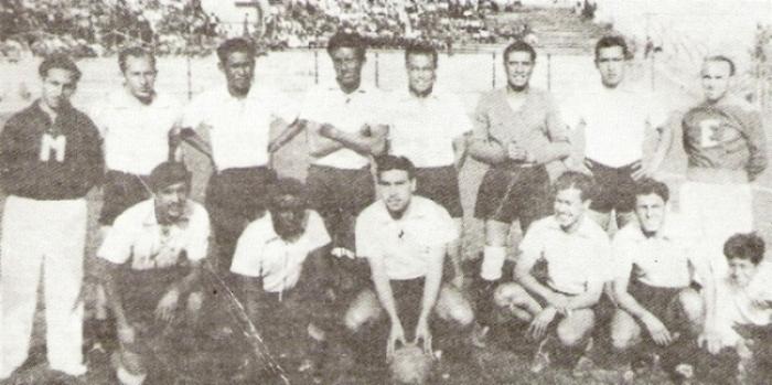 Como técnico, fue campeón con el Boys de 1942. Acá aparece a la derecha del equipo (Foto: '¡Vamos Boys!', Teodoro Salazar Canaval)