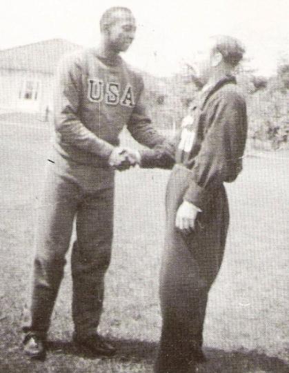 Saludando al gran atleta estadounidense Jesee Owens en la Villa Olímpioca de Berlín (Foto: libro 'Vamos Boys', Teodoro Salazar Canaval)
