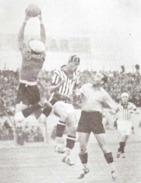 Cubriendo el arco de Marchena ante la carga de un delantero rival en un clásico Boys - Chalaco de inicios de los '30 (Foto: libro '¡Vamos Boys!', Teodoro Salazar Canaval)