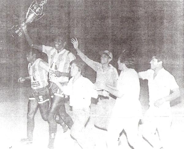 Festejo de Unión Huaral luego de igualar ante Universitario en la Liguilla del II Regional de 1989 y clasificar a la Copa Libertadores. Aparecen 'Chany' Cáceda y el extinto Pedro 'Toronjo' Paredes. (Recorte: diario La Crónica)