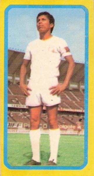 Con la cinta de capitán, siempre, en el regreso al profesionalismo, en el estadio Nacional (Cromo: álbum Descentralizado 1974, Editorial Navarrete)