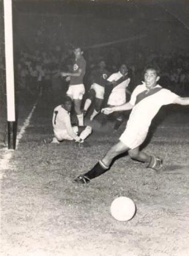 En acción con la selección peruana durante los Bolivarianos de 1961 (Foto: página Regimiento Albo)
