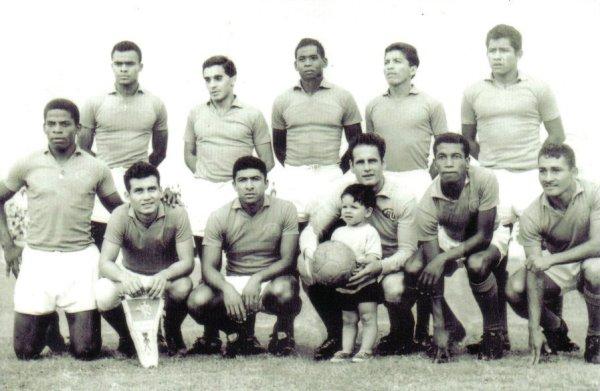 Con la divisa roja del Alfonso Ugarte de Chiclín. Es el cuarto de los parados desde la izquierda (Foto: ilcalcionet.blogspot.com)