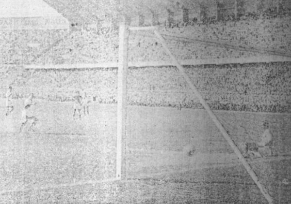 Escena de su único gol con la selección, frente a Colombia por las Eliminatorias al Mundial 1962. Lo sufrió el golero 'Caimán' Sánchez (Recorte: diario La Crónica)