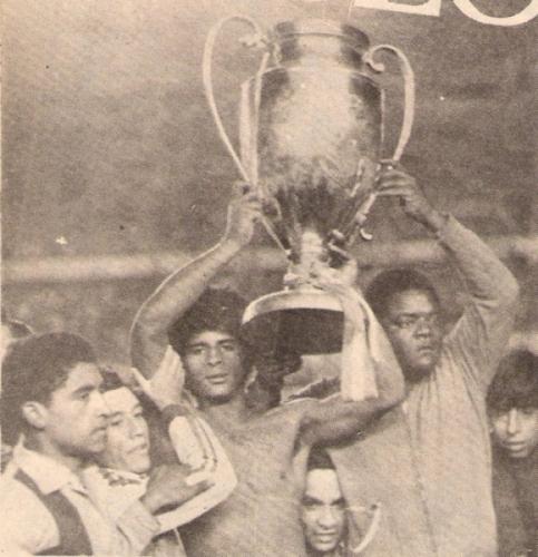 'Camote' con la Copa Perú de 1976, la que llevó al fin el fútbol profesional a Tacna (Recorte: revista Ovación)