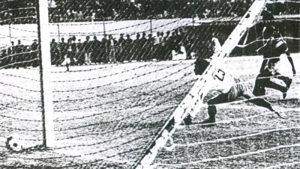 Gol de 'Camote' Vásquez en el arco de Rodríguez, de Sport Áncash, para sellar el 2-0 de Bolognesi sobre la 'Amenaza Verde' en la definición de la Copa Perú 1976 (Recorte: diario La Crónica)