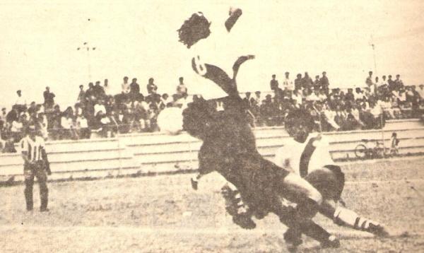 En Municipal, anotándole un gol a Alex Presa, golero de Huaral, en el Julio Lores Colán (Recorte: revista Ovación)