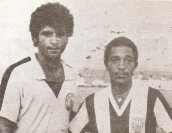 Junto a Humberto Rey, en un Alianza - Boys en el tramo final de su carrera y ya bastante subido de peso (Foto: revista Ovación)
