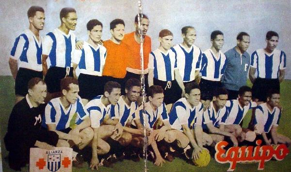 El 'Feo' con el balón en la mano y rodeado de todo el plantel de Alianza Lima en 1948, el año de su debut (Foto: revista Equipo)