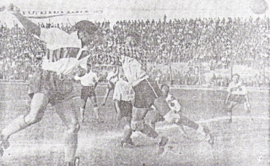 Anotándole un gol al Mariscal Sucre en 1951. Nótese que, en ocasiones como esta, empleaba una boina para jugar (Foto: diario La Crónica)