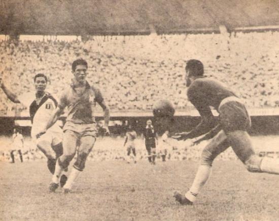 Cargando el arco de Gilmar en el mismísimo 'Maracaná', por las Eliminatorias de 1957. Esa tarde, Perú perdió debido al gol de 'folha seca' de Didí (Foto: revista ¡Gol!)
