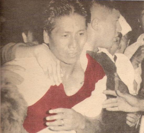 Saliendo en olor a multitud del campo del Nacional la noche de sus dos goles a Colombia, por la Copa América de 1957 (Foto: revista ¡Gol!)