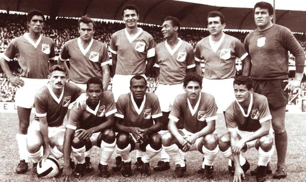 Con el Deportivo Cali campeón de 1974. Es el segundo de los hincados desde la izquierda (Foto: laneros.com)