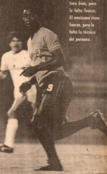 En acción con el Veracruz mexicano, al cual llegó en 1975 (Recorte: revista Ovación)