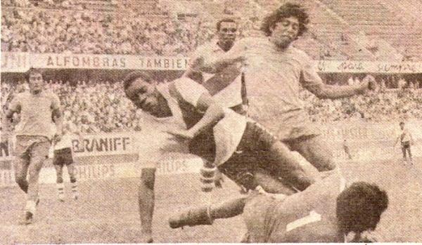 El sueño cumplido: Eladio y 'Perico' León juntos en acción ante el Alfonso Ugarte. Contiene el golero Reynaldo Párraga (Recorte: revista Ovación)