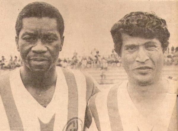 Con 'Pedrito' Ruiz la tarde de su debut con camiseta de Huaral, frente a Universitario (Recorte: revista Ovación)