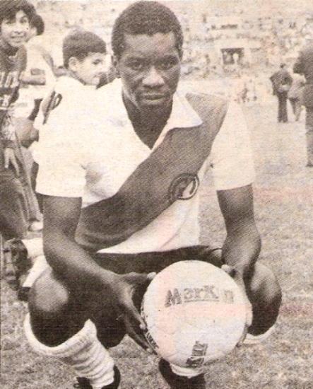 Con camiseta de Municipal en 1973 (Recorte: revista Ovación)