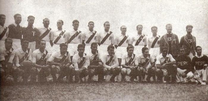 El equipo peruano que concurrió a los Juegos Bolivarianos de 1938. Bielich es el sétimo de los hincados desde la izquierda. (Foto: libro 'Lolo, ídolo eterno', Teodoro Salazar Canaval)