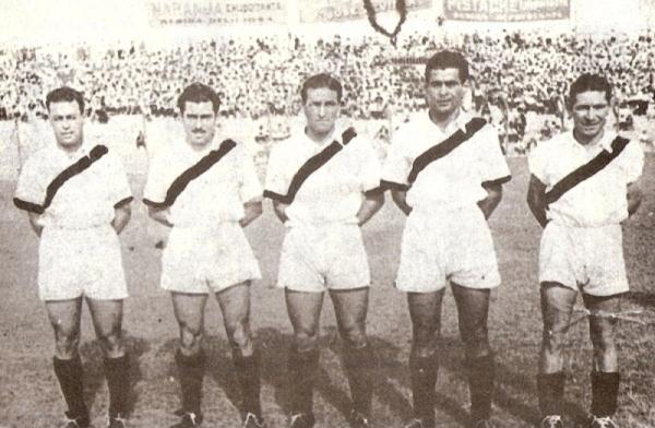 Con 'Lolo' Fernández se comprendió muy bien en la delantera. Acá aparece junto a él, los hermanos 'Prisco' y 'Campolo' Alcalde y Arturo Paredes, en el Sudamericano de 1939. (Foto: libro 'Lolo, ídolo eterno', Teodoro Salazar Canaval)