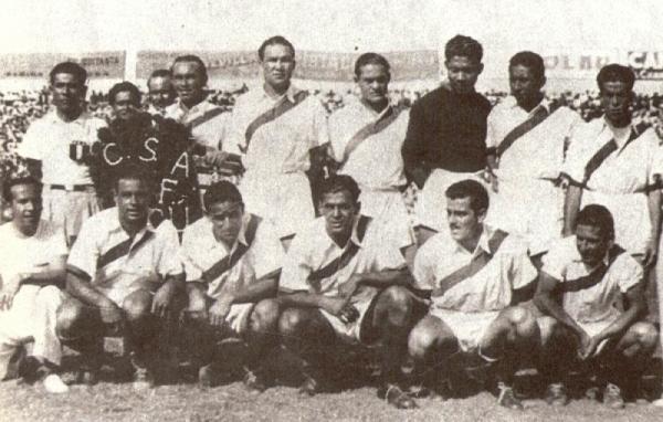 La alineación peruana para el partido con Uruguay en 1939. Bielich es el cuarto de los hincados desde la izquierda, entre 'Campolo' y Paredes. (Foto: libro 'Lolo, ídolo eterno', Teodoro Salazar Canaval)