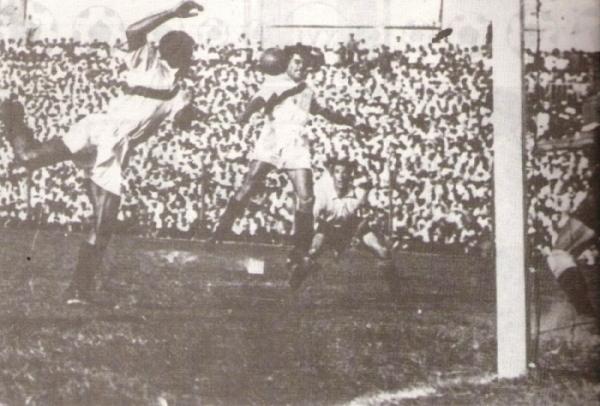 Cabecea Bielich hacia el arco uruguayo. 'Campolo' Alcalde, quien aparece a la izquierda, llegaría a tocar el balón antes de que este ingresara. (Foto: libro 'Goles con Historia', Teodoro Salazar Canaval)