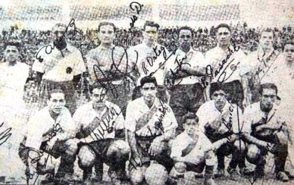 El equipo de Municipal campeón de 1938. De pie: Alfaro, Criado, Ortega, Lobatón, Pasache y Parró. Hincados: Quiñónez, Bielich, Espinar, Guzmán y Magán. (Foto: archivo José Augusto Giuffra)