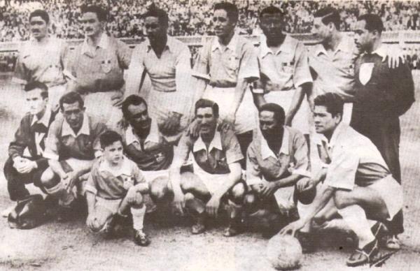 Con el Cristal campeón de 1956. Es el penúltimo de los parados, entre Villamares y Rovay. (Foto: libro 'Sporting Cristal: 25 años en el deporte')