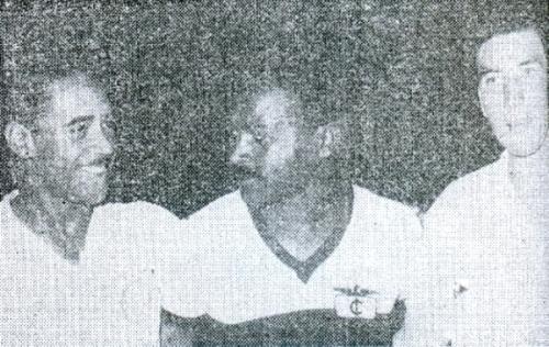 Entre Ismael Soria y Jorge Fernández antes del partido Iqueño - Universitario que dio el título a los de Monzón en la temporada 1957. (Recorte: diario La Crónica)