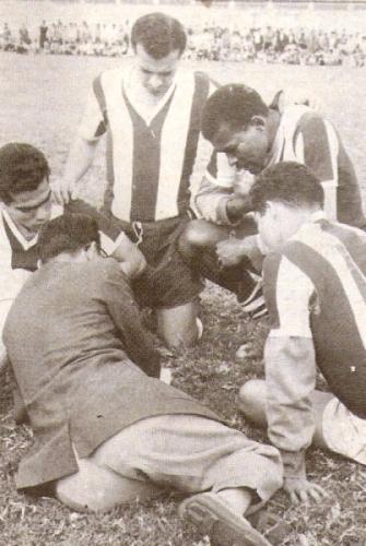 Recibiendo indicaciones de Alfonso Huapaya en el campo de Matute -cuando aún no existía el estadio- en 1960, su primera temporada en filas aliancistas. (Foto: libro '...¡Arriba Alianza!', Teodoro Salazar Canaval)