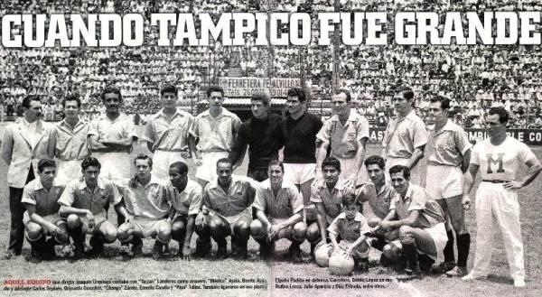 Con el plantel completo del Tampico el día en que Julio Aparicio obtuvo su último galardón en su carrera como futbolista (Foto: jaibos.com)