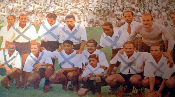 Julio Aparicio -tercero de los hincados de izquierda a derecha- con la divisa del Mariscal Sucre, elenco con el que se consagró en 1944 (Foto: archivo José Augusto Giuffra)
