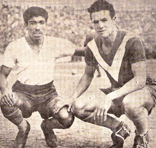 Teobaldo Guzmán, de Banfield, acompaña a 'Lolín' quien viste la de Vélez Sarsfield. (Foto: revista Equipo)
