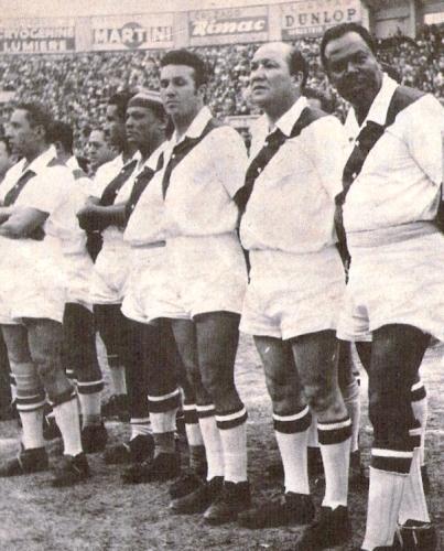 Nunca pudo jugar en la selección nacional, pero vistió la blanquirroja con un equipo de masters que enfrentó a Uruguay. En la vista aparece al lado de su hermano Arturo. (Foto: revista Ovación)