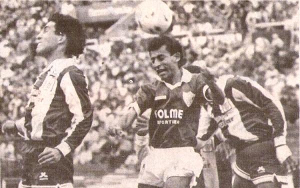Defensor Lima redondeó una gran campaña en la temporada 1991. Uno de sus triunfos más recordados fue en Matute ante Alianza Lima, al que superó por 0-1 con gol de Raúl Hurtado (Recorte: diario El Comercio / Suplemento Deporte Total)