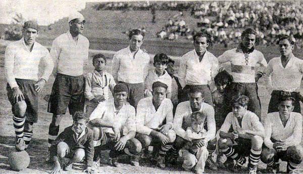 Oncena del Alianza Frigorífico que en 1933 participó en la Liga del Callao. En ella aparece un quinceañero Alberto Baldovino, el penúltimo de los hincados de izquierda a derecha. (Recorte: revista Balón de los Deportes)