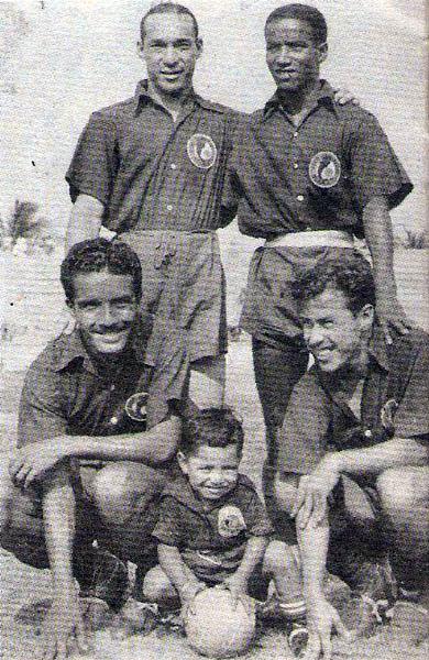 Cuatro peruanos en el fútbol mexicano con camiseta del Veracruz en 1948: De pie, Leopoldo Quiñónez y Grimaldo Gonzales; en cuclillas, Rufino Lecca y 'El Pibe' Baldovino. (Recorte: revista Balón de los Deportes)