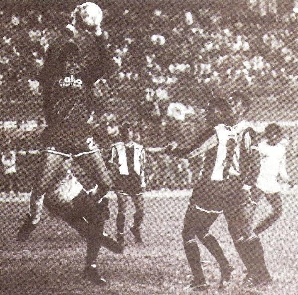 En la Libertadores 1988 ante Universitario, resguardando el arco de Letelier junto a Wilmar Valencia. (Foto: revista Todo Fútbol)
