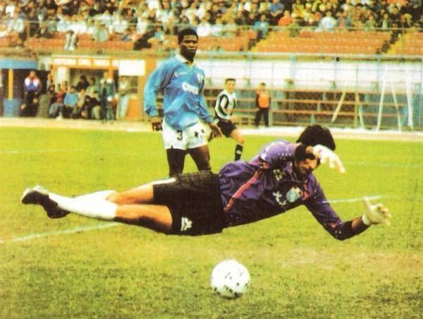 Si Balerio fue sólido en Cristal, en buena parte se debió a que tenía una eficiente zaga pilotada por Earl. (Foto: revista Estadio)