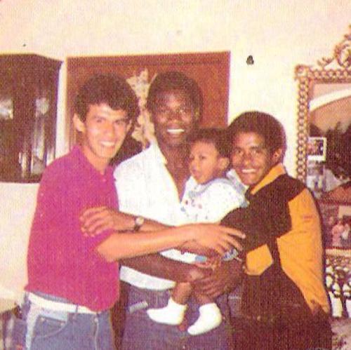 Con su hijo Anthony y dos amigos que le dio el fútbol: Juan Reynoso y Benjamín 'Colibrí' Rodríguez. (Foto: revista Estadio)